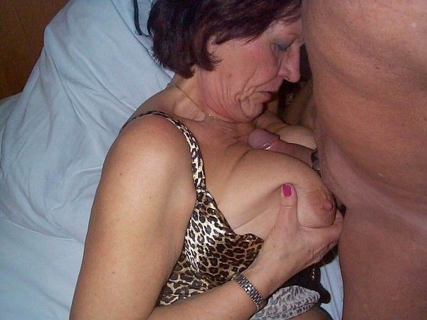 caresse entre les seins
